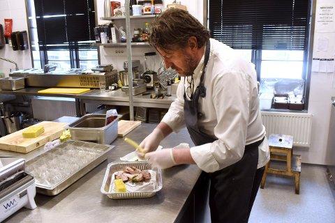 TAKE AWAY: Per Ingar Lien er kokk og eier av restauranten Jordnær, og har nå begynt med take away slik at sultne kongsbergfolk fortsatt kan nyte restaurantmat - bare i sin egen stue.