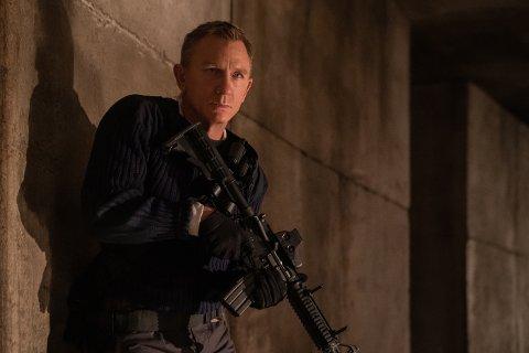 Daniel Craig skulle vise seg som James Bond for siste gang i april, men nå utsettes premieren.