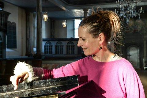 LOKAL SANGFUGL: Anne-Carolyn Schlüter holder konsert i Kongsberg kirke søndag 8. mars.
