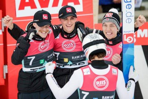 Norsk jubel etter seier i RAW AIR verdenscup laghopp i Holmenkollen. F.v. Robert Johansson, Daniel Andre Tande, Johann Andre Forfang og Marius Lindvik (med ryggen til).