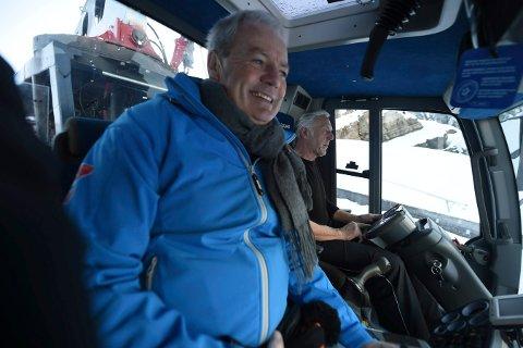 MODUMS BRATTESTE ARBEIDSPLASS: Per Bergerud (t.v.) er daglig leder i Stiftelsen Vikersund Hoppsenter. Her er han på tur opp og ned Vikersundbakken med Odd Brandteborg. ALLE FOTO: OLE JOHN HOSTVEDT