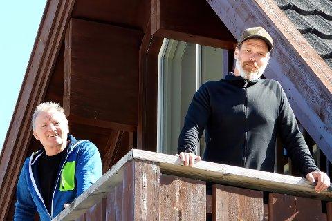 PÅ HYTTA: Knut Vernøy (t.v.) og Gard Mortensen kom mandag formiddag tilbake til sine ferieleiligheter i Uvdal skisenter –  for første gang etter hytteforbudet.