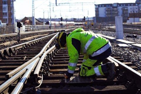 VEDLIKEHOLD: Den første helgen i mai går med til vedlikehold på jernbanen, opplyser Bane NOR. Foto: Bane NOR.