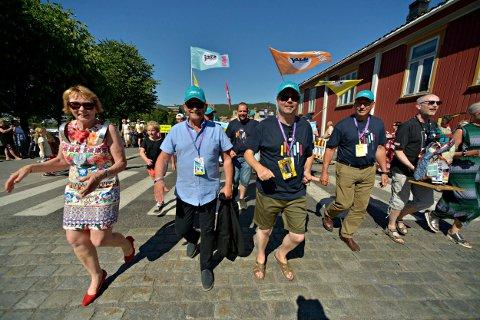ENTUSIAST: Fylkesordfører Roger Ryberg har deltatt på jazzfestivalen i en årrekke. I paraden for to år siden gikk han i front ved siden av ordfører Kari Anne Sand.
