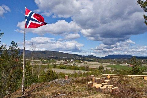 FLOTT UTSIKT: Første gang 17. mai blei feiret i Sandsvær var i 1885 på Knatten. 135 år seinere heiste igjen sandsværingene flagget på dette unike utsiktsstedet.