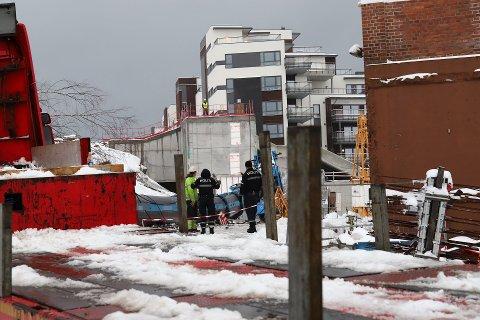 Veltet: Heldigvis kom ingen personer til skade da kranen på rundt 60 tonn veltet på en byggeplass i november. Arbeidstilsynet startet et tilsyn etter ulykken, og varsler nå  tvangsmulkt fordi de ikke har fått inn all dokumentasjon på opplæring.