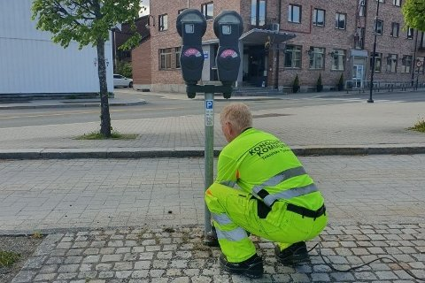Steinar Aas som er kommunens skiltansvarlig, sørget for å fjerne de gamle parkometrene.