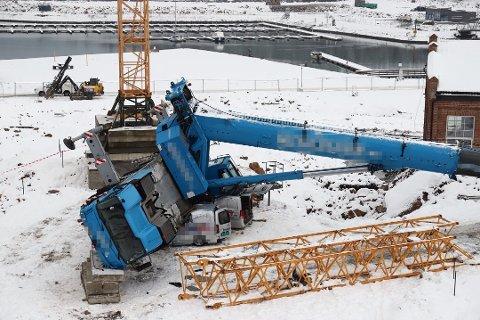 Tilsyn ferdig: Heldigvis kom ingen personer til skade da kranen på rundt 60 tonn veltet på en byggeplass i november. Arbeidstilsynet har nå avsluttet tilsynet og lukket alle påleggene som de ga til virksomheten.