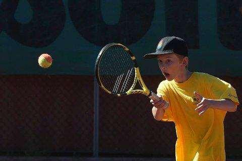 TENNISSKOLE: Ikke noe å si på innsatsen til denne unge karen, som deltar på KTKs tennisskole. ALLE FOTO: OLE JOHN HOSTVEDT