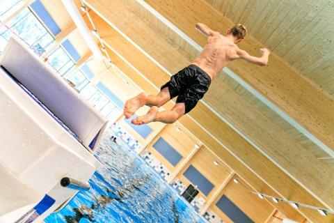 AUGUST: Svømmehallen i Flesberg vil ikke åpne igjen før i august. Nå har hele anlegget vunnet pris.
