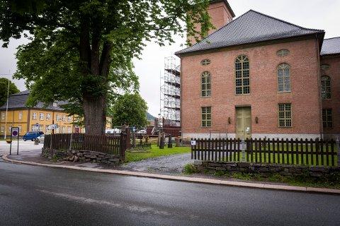 FÅR IKKE LOV: Et servicebygg skulle inneholde teknisk rom og toaletter. Nå er både kirken og kirkegården fredet.