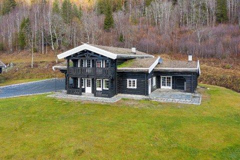 DYREST: Gården i Flesberg med dette hovedhuset ble solgt for nesten 11 millioner etter halvannet år ute for salg.