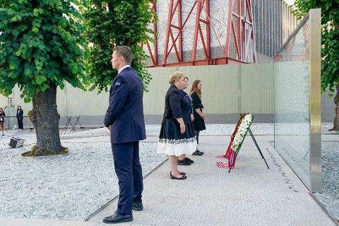 Oslo 20200722.  AUF-leder Ina Rangønes Libak,  støttegruppens leder Lisbeth Kristine Røyneland og statsminister Erna Solberg under Den nasjonale støttegruppens og AUFs markering i Regjeringskvartalet. Det er ni år siden terrorangrepet mot regjeringskvartalet og Utøya. På grunn av korona blir det en dempet markering av angrepet som tok 77 liv. Foto: Heiko Junge / NTB scanpix