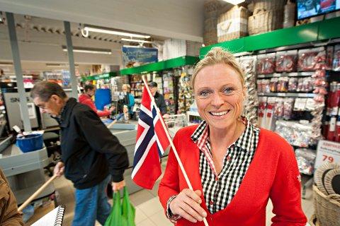 FEIRING: Det har blitt en del feiringer, og en del nedturer, de siste årene. Lillian Hvambsahl er her fotografert fra en av gangene Europris fikk gode nyheter.