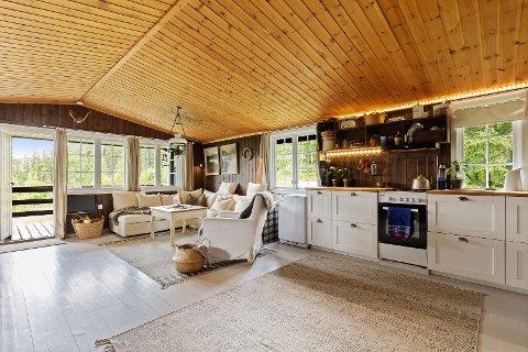 Det er mange hytter til under millionen ute på markedet. Denne hytta på Veggli er en av dem.