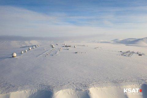 KSATs bakkestasjon på Svalbard skal levere tjenester for satelitter bygget av forskere og studenter ved NTNU.
