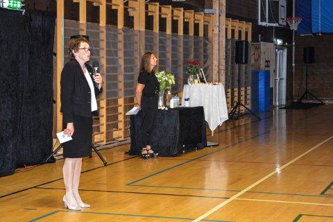 STERK MINNESTUND: Ordfører Kari Anne Sand holdt minnetale på vegne av Kongsberg kommune og rektor Hanne M. Hagby holdt minnetale på vegne av skolen.