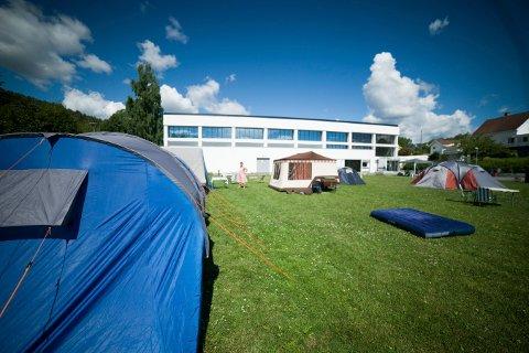 POPULÆR CAMPING: 440 personer overnattet i bobil, telt eller campingvogn på sommercampen ved Kongsberg idretts- og svømmehall denne sommeren.