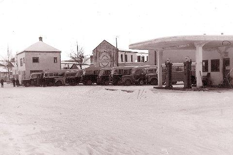 BUSSER: Rutebilstasjonen sto ferdig vinteren 1938, og lå rett overfor jernbanestasjonen. I dag heter området Knutepunktet, så det er fortsatt busstrafikk i området. Men de gamle bygningene til Kongsberg Omnibusselsakap A/S er revet.
