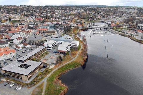 STOR SKOLE: Kongsberg videregående, står foran en betydelig utbygging. Det er en av de største skolene i Viken fylke. Det er også skolebygg litt lenger oppstrøms ved Lågen, i tillegg til i på Dyrmyr, Kongsgårdmoen og i Saggrenda.