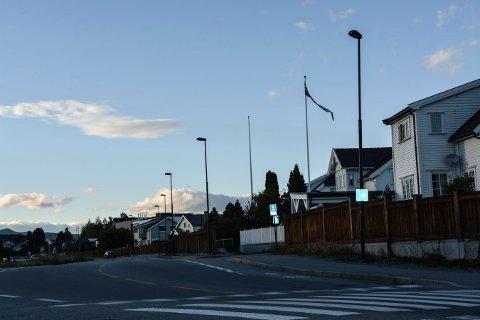 MØRKT: Gatelysene i Baneveien har vært mørke i en periode, men snart blir det lys.