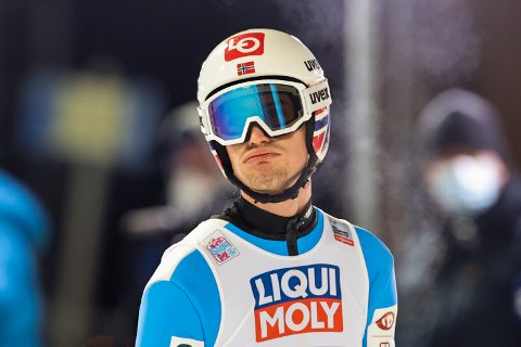 SKUFFET: Daniel-André Tande virket skuffet etter kvalifiseringshoppet i Zakopene. Han kom på 22. plass og er dermed videre til søndagens hopp i storbakke. Foto: Geir Olsen / NTB