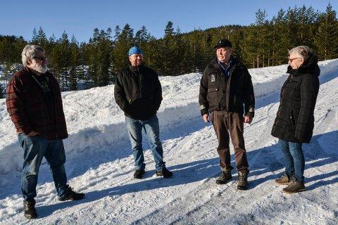 ENGASJERT: Folk i Lurdalen vil at det ikke blir gjennomkjøring forbudt på Gamleveien. Fra venstre: Håkon Lunde Strøm, Remi Tun Myhre, Arne Olav Langås og Inger Johanne Borge.