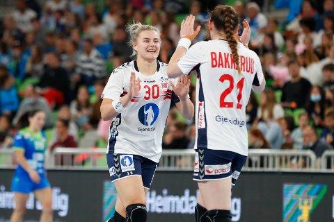 JUBLER: Maren Aardahl og Ingvild Bakkerud jubler for norsk seier i Ljubljana. Foto: Nikola Krstic / NTB