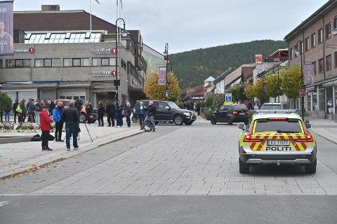 Politi: Du har kanskje lagt merke til flere politipatruljer i Kongsbergs gater de siste par dagene? Det er noe politiet gjør bevisst for å trygge innbyggerne etter drapene onsdag.