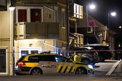 Politiet på plass i Kongsberg sentrum etter angrepet onsdag. Foto: Terje Bendiksby / NTB