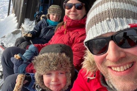Emil (5) (bak t.v.), Dominique (36), Emil (5) og Torje (36) bor i Bærum, men har fått seg sin egen hytte på Blefjell - og trives godt i hytteveggen. – Det er deilig å komme seg bort fra byen, forteller Torje.