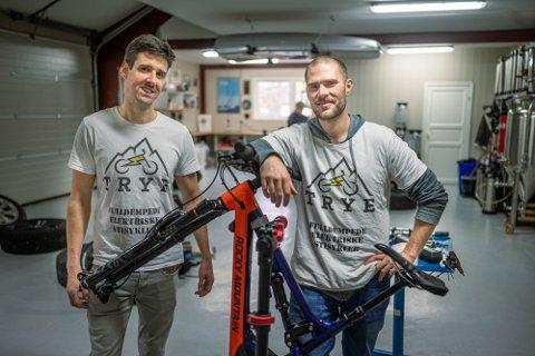 GRÜNDERE: Hans Kristian Nilsen og Simon Haugan startet firmaet TRYE høsten 2019. Nå lever de av sykkelservice, utleie og kurs. Jobbhverdagen er veldig ulik i forhold til da de jobbet som ingeniører i Kongsberg.