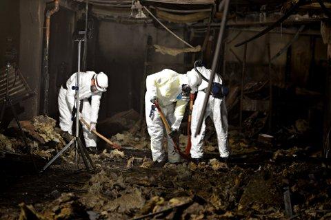 ETTERFORSKNING:  18. november 2020 ble branntomta undersøkt av blant annet kriminaltekniker fra politiet.
