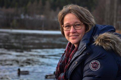 ÅRETS KVINNELIGE FOTBALLEDER: Laila Irene Johansen ble glad og overrasket, da hun ble kåret til Årets kvinnelige fotballeder i Buskerud fotballkrets.