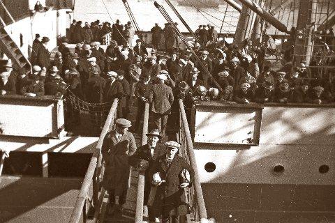 UTVANDRERE: På slutten av 1920-tallet var det mange fra Kongsberg som dro til Canada. Bildet viser en av båtene som er klare til å forlate Oslo med Canada som mål. Mannen i midten foran er min onkel.