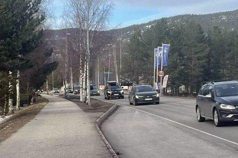 Slik så det ut på Rv. 40 i nærheten av Kongsberghallen søndag ettermiddag. Omtrent hver femte bil hadde blitt borte sammenlignet med forrige søndag.
