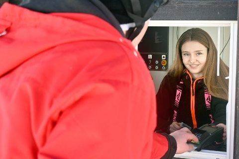 Ingrid Maria Fulsås har deltidsjobb på Vegglifjell skisenter. Aldri før har det vært større omsetning i senteret som i år.