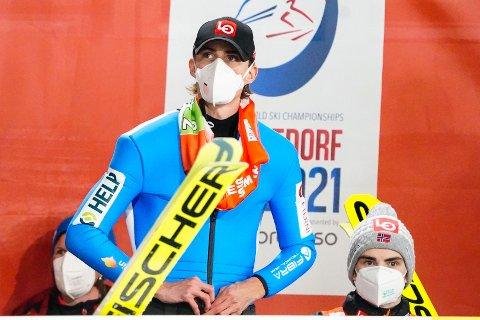 SKUFFET: Daniel-André Tande (t.v.) og Marius Lindvik på sletta etter andre omgang av lagkonkurranse hopp stor bakke menn under VM på ski i Oberstdorf, Tyskland. Foto: Terje Pedersen / NTB