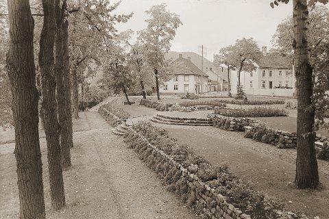 SMÅSTOFF: Spalten «Byen og Distriktet» inneholdt småstoff av forskjellig art. I 1921 står det bl.a. om utsetting av hvite parkbenker kjøpt fra fengselet. Dette bildet viser Magasinparken i 1924 med parkbenker plassert rundt omkring.
