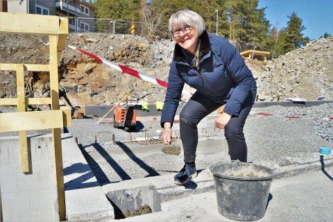 """LA NED """"FØRSTE BYGGESTEIN: Siden prosessen med å bygge nytt ungdomshjem på Raumyr allerede er godt i gang, bestemte ledergruppen seg for å legge ned å mure inn et skrin med """"gode ord"""", istedenfor den typiske """"grunnsteinen"""" som markering for grunnsteinsnedleggelse. Her ved  Ellen Ølnes Nadim, direktør Bufetat region sør. Foto: Katrine Alexandra Leirmo Heiberg"""