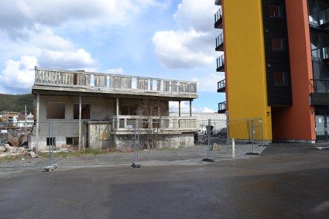 RIVES: Det gamle bolighuset rives og opp kommer en boligblokk i  Schwabes gate 11 . Foto: Katrine Alexandra Leirmo Heiberg