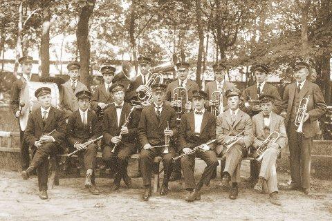 17. MAI: Korpsmusikk og 17. mai h¿rer sammen. Dagens bilde viser Kongsberg Byorkester i 1922. Foran f. v.: J¿rgen O. Hvamb, Harry Fusche, Aksel Bakli, Harlad Bakli (dir.), Thor Damtjernhaug, Erling Bj¿rge, Eugen Hvamb. Bak f. v.: Johan Johansen, Fridtjof Langness, Johan Arvesen, Nic. Wulfsberg, Anders Laugerud, Hjalmar Fulsebakke, Georg Kristoffersen, Nils Stenbekk.