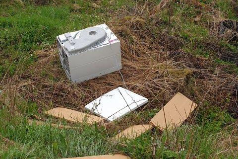KASTET: Noen med en vaskemaskin for mye har kvittet seg med den på en ugrei måte.