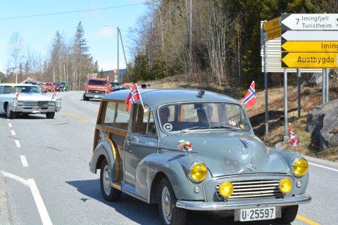 PARADE: Slik så det ut da bilkortesjen startet ved Bjerkeflåta i Nore og Uvdal på fjorårets 17. mai. Nå blir det reprise ved årets feiring.