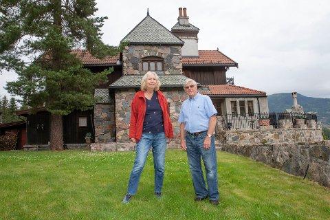 VERTSKAP: Borgfrue Elin Thiis Hartveit (t.v) og borgherre Svein Yngvar Dynge er vertskap på Nastadborgen i Eggedal som nå åpner dørene for publikum.