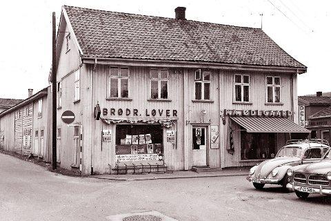 Lorentzen: Det var i denne gården Lorentzen startet forretning i 1876. På bildet er det Brødr. Løver og F. A. Ødegård som legger beslag på lokalene. Løver overtok i 1934 mens Ødegård kom til Nymoens torg 11 i 1943. Bildet er tatt rundt 1970.