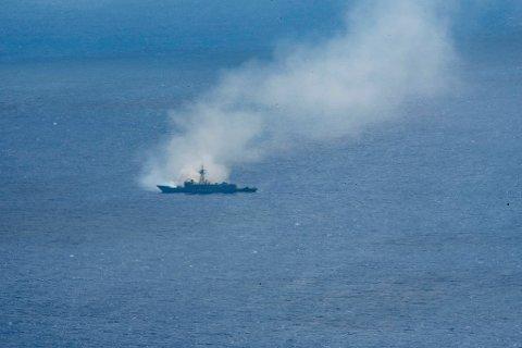 """ØVELSE: Her er den utrangerte fregatten """"USS Ingraham"""" truffet av blant annet missiler fra Kongsberg Gruppen under en stor skyteøvelse i Stillehavet."""