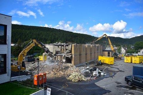Både maskiner og mennesker er i full rulle med å gjøre plass for et nytt, modernisert skolebygg.