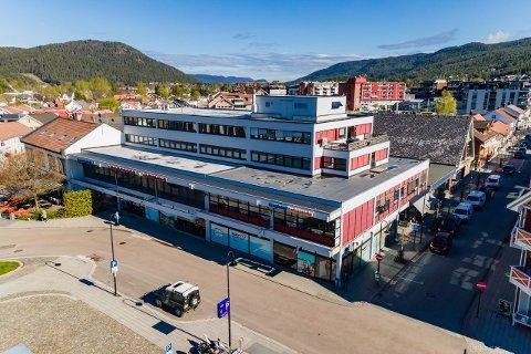 TIL SALGS: Bygget på Nymoens torg er nå til salgs.