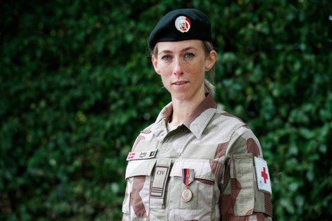 HEDRET: Anita Slapgard med medaljen hun fikk for innsatsen i Afghanistan.